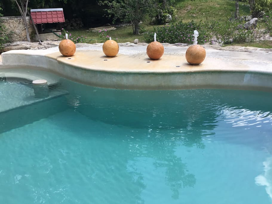 La piscina de agua turquesa