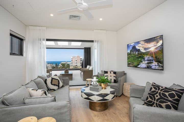 Brand new Manly penthouse w district & water views