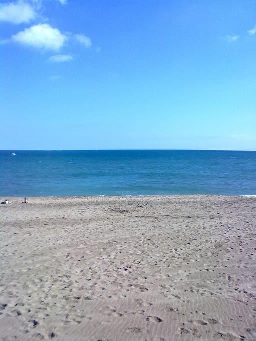 A 15 minutos de esta playa