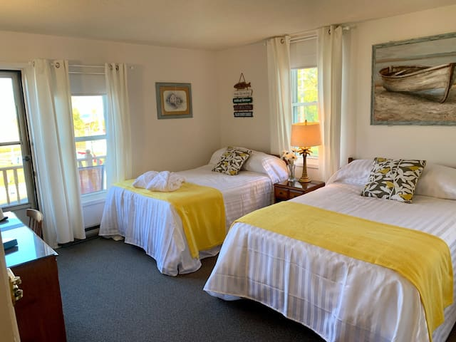 PARADISE INN  on Port Elgin Beach, 202 EXECUTIVE ROOM,Balcony, Beach View, 2 Dbls