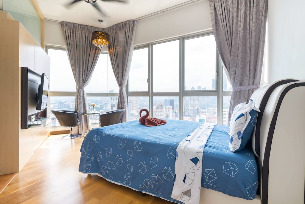 Master Bedroom with KLCC View Queen Size Cosy Bed/ Air conditioning/ TV/ Coffee Table