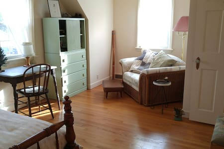 Wonderful vintage suite sleeps four - Rockton - 独立屋