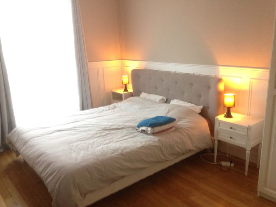 Large parental room 15m2 with large very comfy queen size bed (160*200)/Grande chambre parentale de 15m2, avec un grand lit de 160