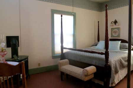 Carriage House Bed & Breakfast - Bohn Room - Winona - Bed & Breakfast