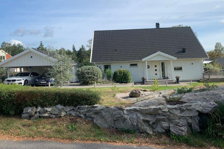 Familjevänlig villa i naturskönt område, nära bad.