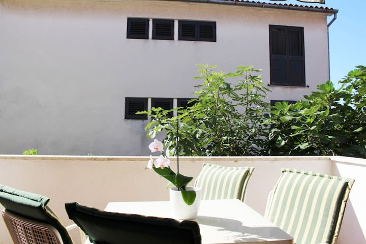 Simple  apartment Aldo for two, near beach