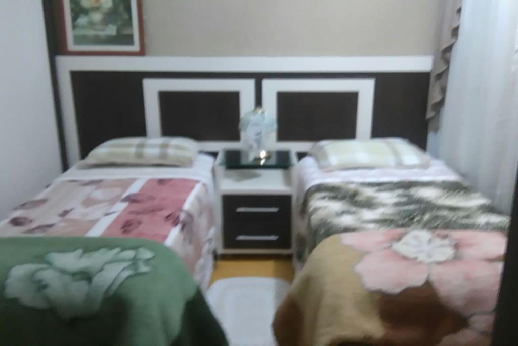Suíte duas camas solteiro ou casal.