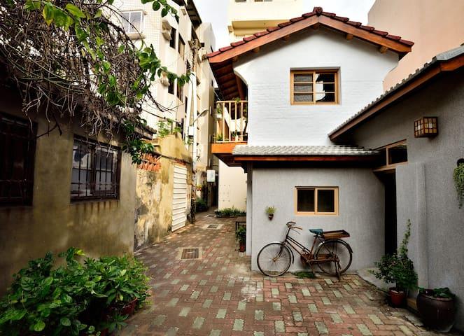《永福97.1》市中心-巷弄特色老屋.獨特建築.獨立房型,老宅限定《閣樓2人房》