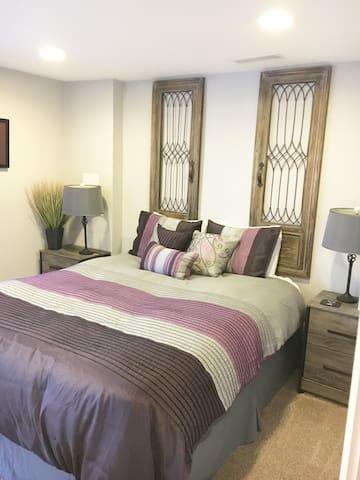 Bedroom 1 w Queen bed