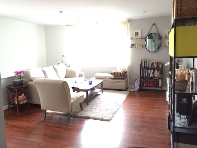 Charming unit across the street from metro! - Washington