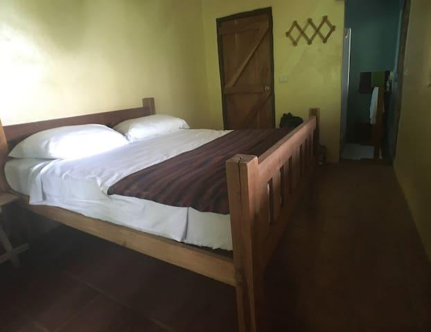 El Bosque queen room in Casa del Bosque: B&B - Balgüe - ที่พักพร้อมอาหารเช้า