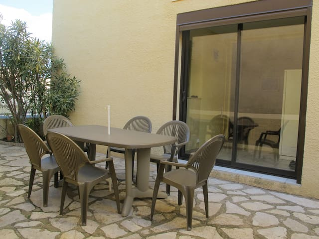 In a small secure residence, apartment for 4/6 people on the ground floor with beautiful terrace. Clévacances label. Ref. 2893