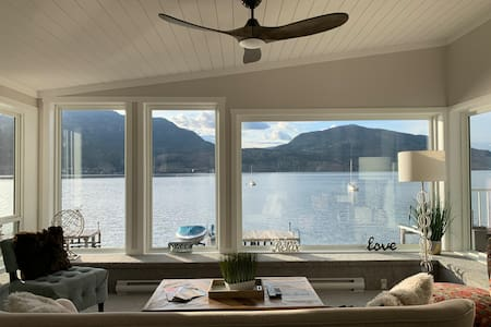 Downtown Kelowna Lakefront 2 Bedroom Suite 950sqft