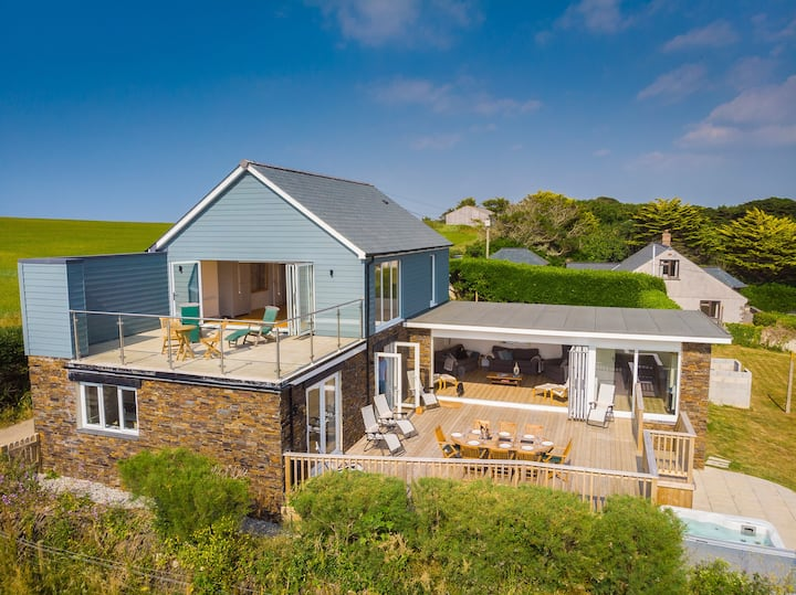 Luxury Holiday Home with Hot Tub & Sea views