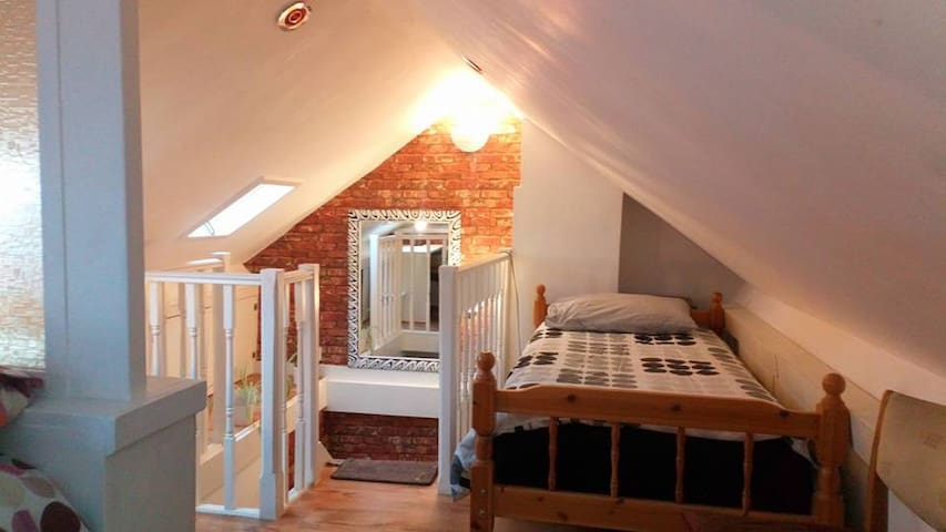 Attic room near to Royal Shrewsbury Hospital