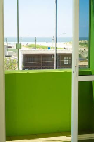 Apartamento de 1 quarto com sacada para praia!