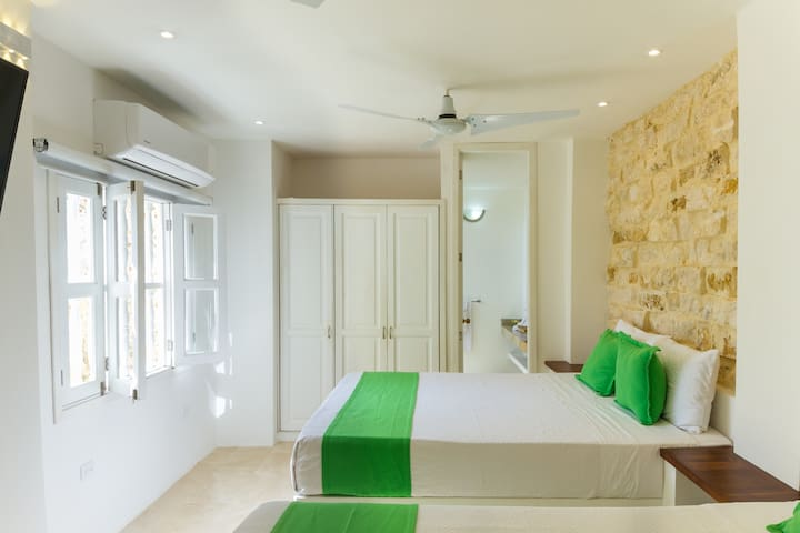 Bedroom, Queen beds