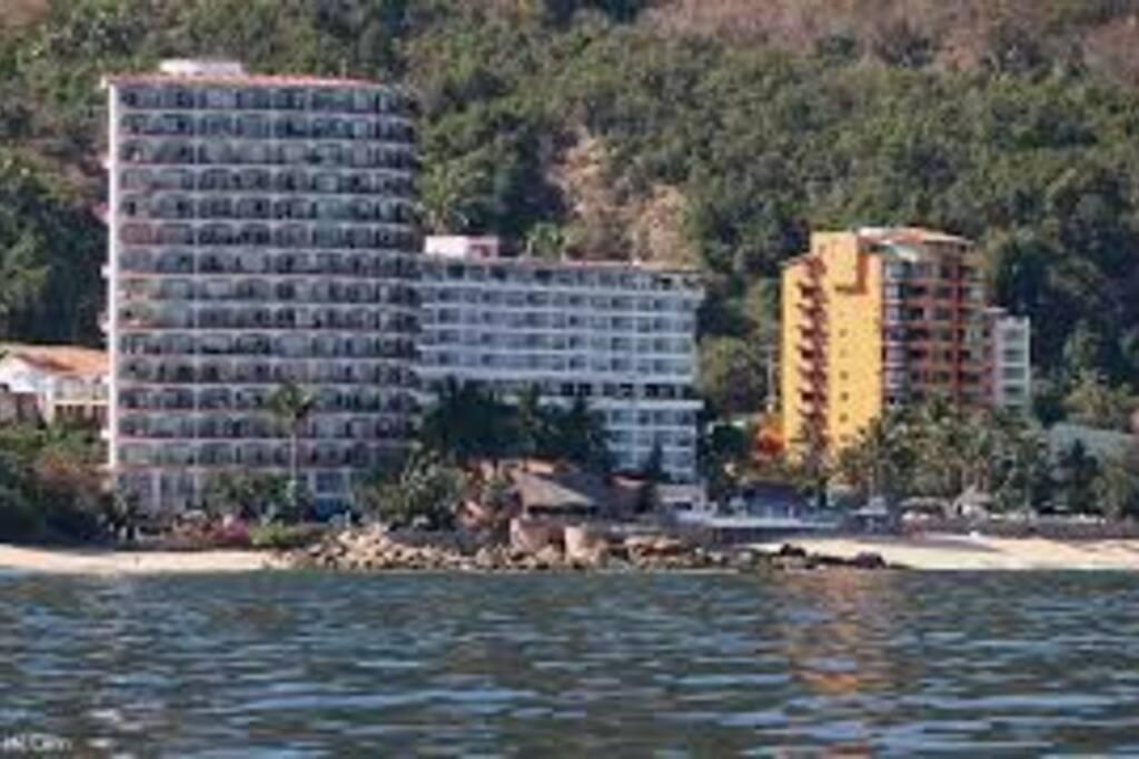 Vista del condominio desde yate en la playa