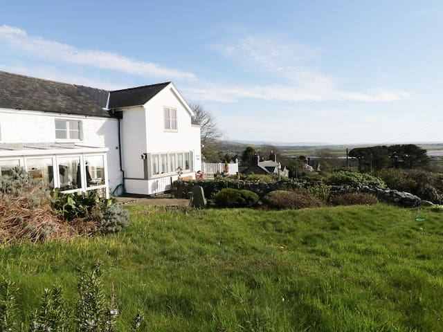 HAPPY LANDING, pet friendly, with a garden in Llanfair, Ref 981807