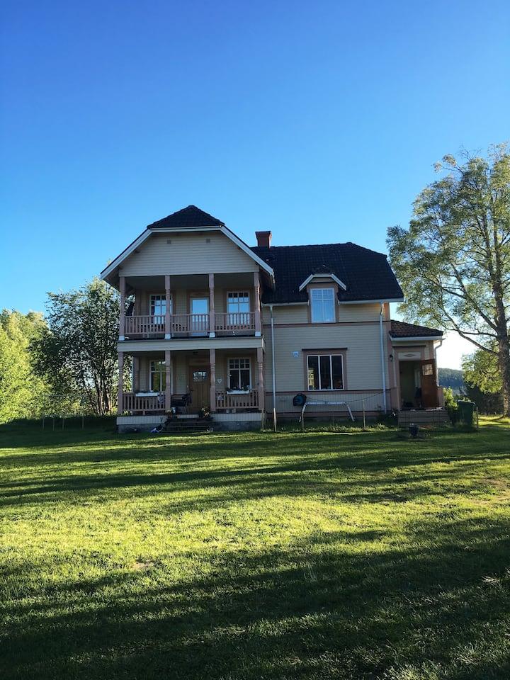 Sekelskifteshus i Jämtland nära sjö och fjäll.