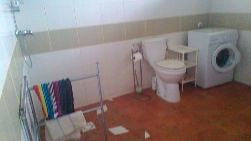 Salle de bain  totalement équipée, douche à l'italienne, WC surélevé