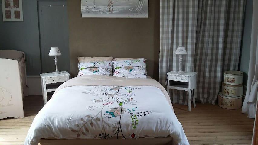 Chambre parentale + lit pour 3 ou 4 - Acheux-en-Amiénois