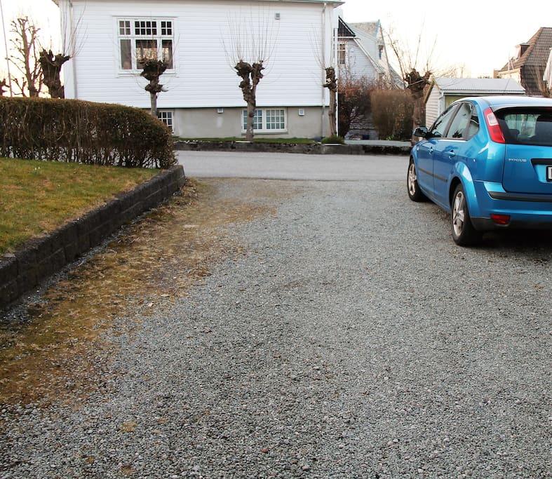 Parkering mulig v/inngangen. Parking at the entrance. Parken am Eingang.