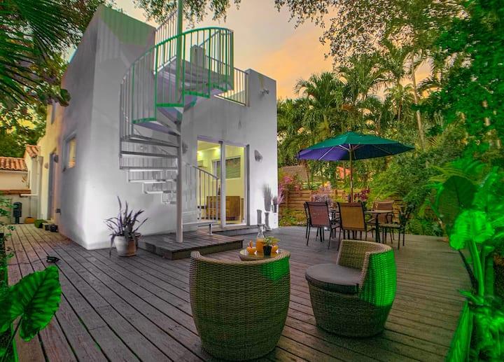 Miami Vice Tropical Villa 🌴