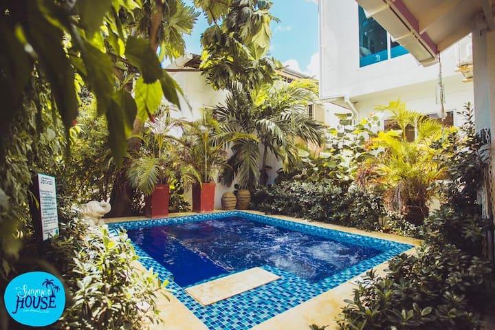Habitaciones Privadas, con aire acondicionado, baño privado, Tv pantalla plana, vista al jardín y jacuzzi.  Desayuno incluido.