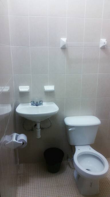 Baño nuevo y limpio
