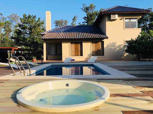 Casa en Punta Ballena a 50 metros del mar!