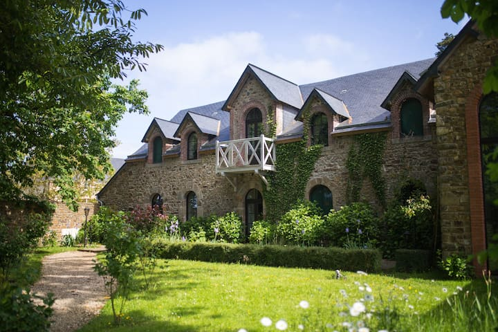 Guest house - Château de la Basmaignée - Montenay - Huis