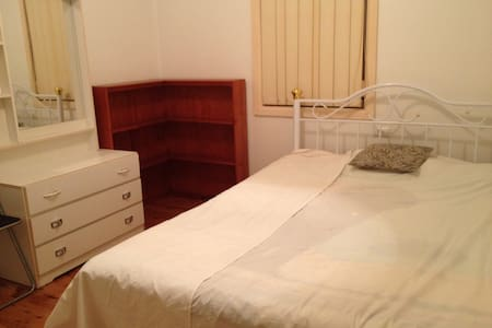 quite& walk to shopps&train station - Warwick Farm - Appartement