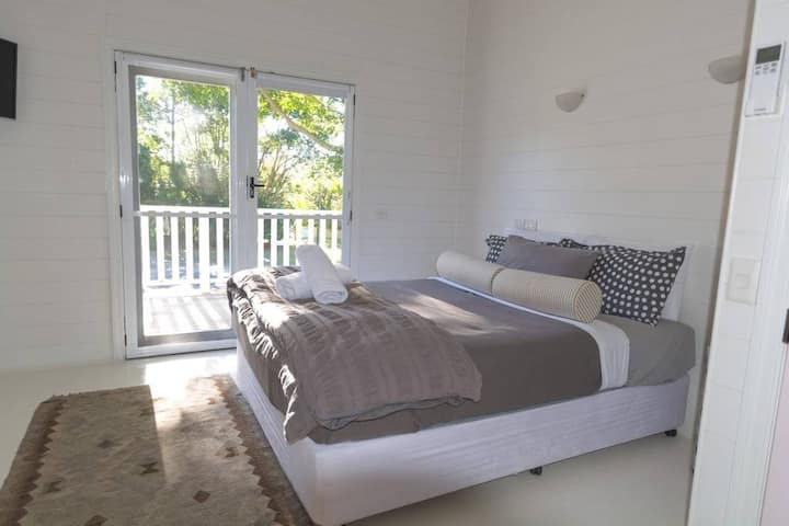 Queen bed ensuite room min 2N @ByronSprings