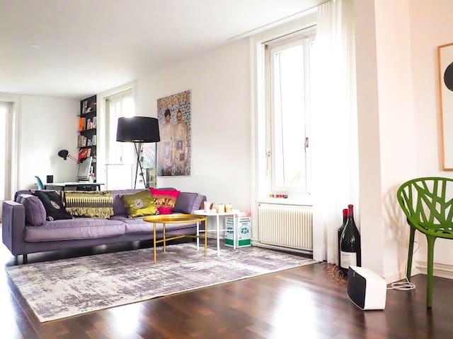 Lounge mit Sofa und TV