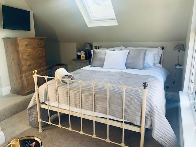 Luxurious En-Suite Room in Chorleywood garden view
