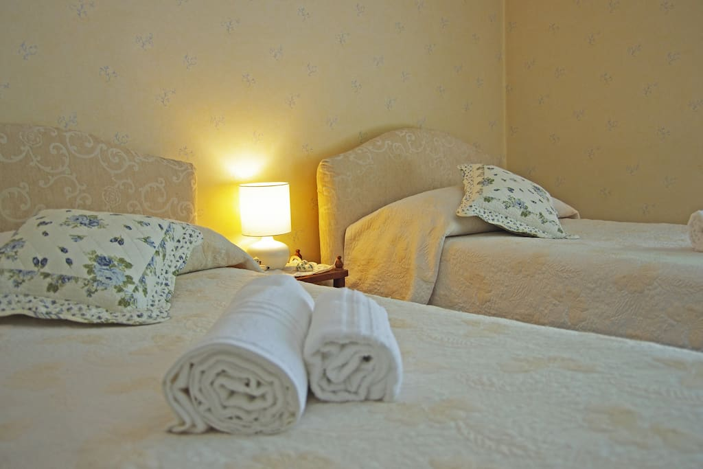 DOUBLE ROOM WITH SINGLE BEDS