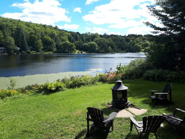 Cottage directly on the lake, 1 hour from Montreal