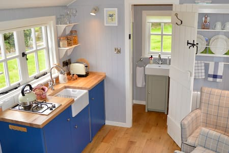 Sheelin Shepherds Hut, lake view, near CroverHotel