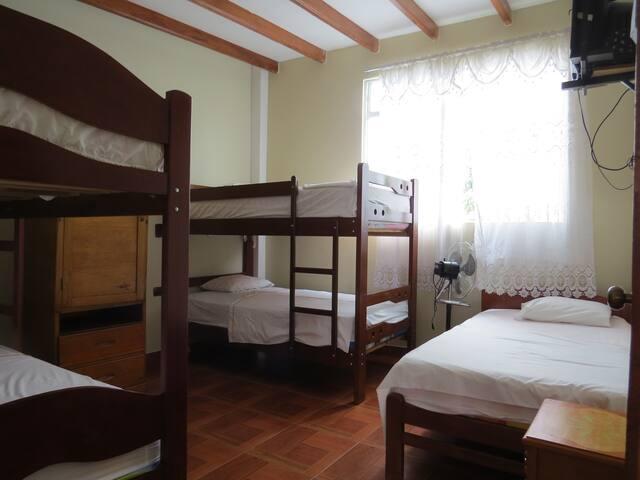 Habitación Tioyacu: Amplia habitación fresca, capacidad hasta 5 personas; con ventanales amplias vista hacia árboles de mangos. Cuenta con ventilador, ropero y TV con cable satelital.