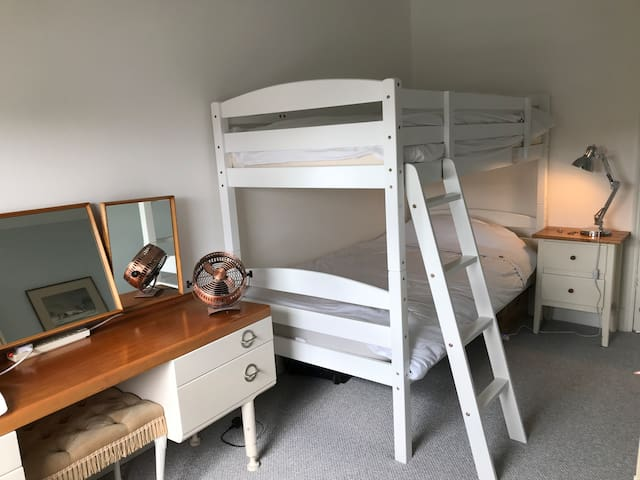 Twin room with bunk bed in Creative Quarter