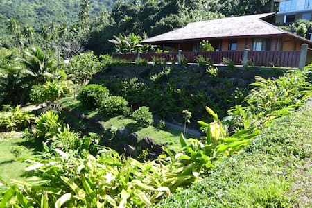 Facing the sea, tropical wooden cottage in Moorea