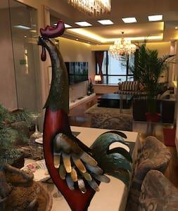 吴家山轻轨1号线东吴大道站地铁口、湖景小区、密码锁自由进出、豪装一居大床房130平米 - Wuhan - Casa