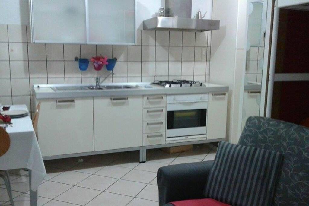 Cucina perfettamente attrezzata, funzionale pratica con frigo.