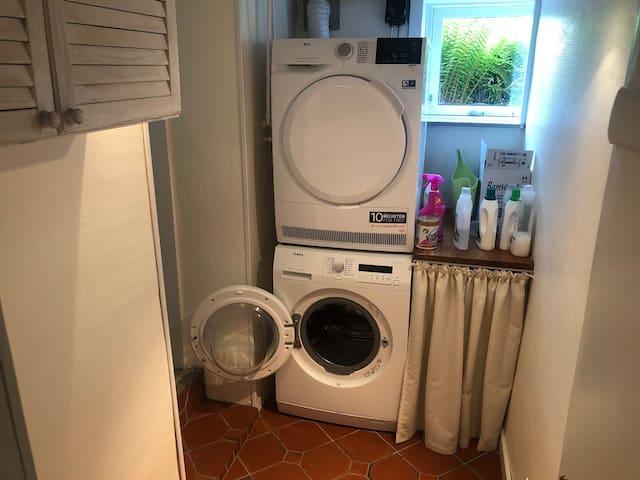 Bryggers med ny vaskemaskine og tørretumbler