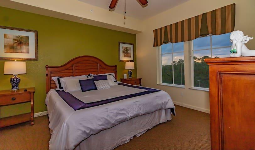 Master Room (King Bed/Memory Foam Mattress/Oversize Jacuzzi/Extra Shower Room/4K Smart TV)