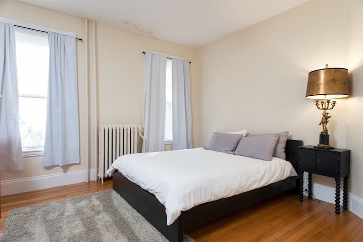 Beautiful 2BD / 1 BA - 1st Floor - West Roxbury - Apartment