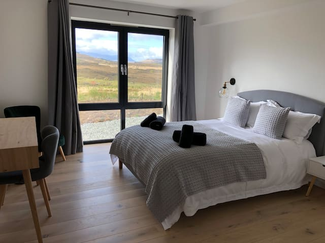 Modern, comfortable Tianavaig House (Room2)