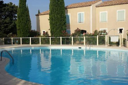 Villa mitoyenne dans résidence privée avec piscine - Sainte-Cécile-les-Vignes