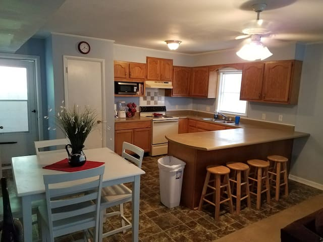 Fully Furnished 2 Bedroom Cottage - Lakeview